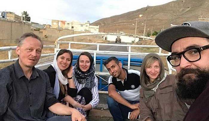 توریست های زن اروپایی سوار بر نیسان در حوالی شیراز!/عکس